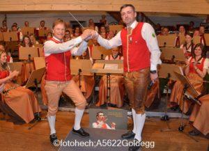 Übergabe des Dirigentenstabes von Thomas Aichhorn an Hois Rieger